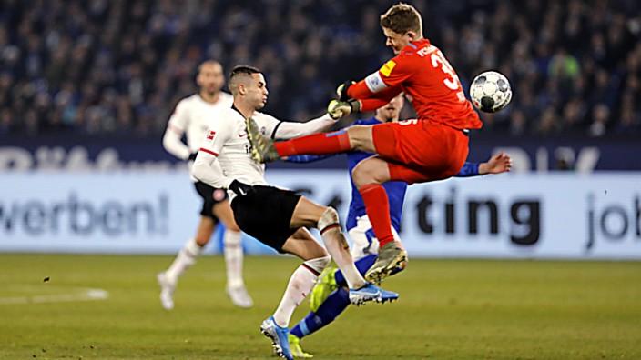 Schalke, Veltins-Arena, 15.12.19: Brutalo Faul von Torwart Alexander Nübel (R) Schalke) gegen Mijat Gacinovic der darauf; Nübel