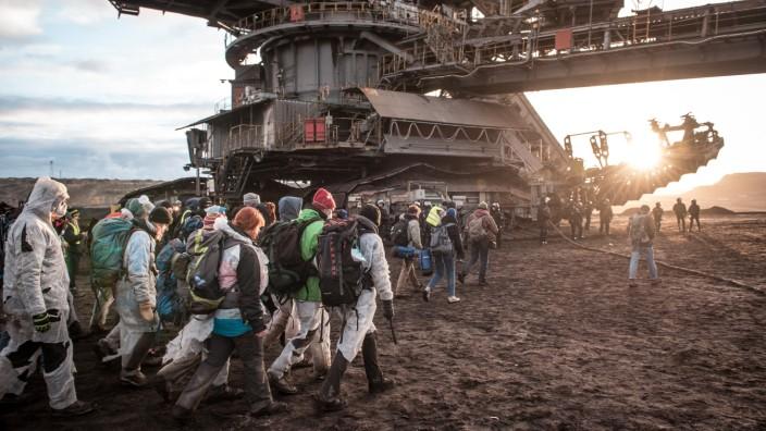 Ende-Gelände Blockade im Tagebau Schleenhain bei Leipzig *** End of site blockade at the Schleenhain open-cast mine nea