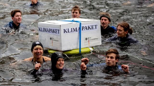 Klimapaket: Aktivisten demonstrieren in Berlin gegen die Klimapolitik
