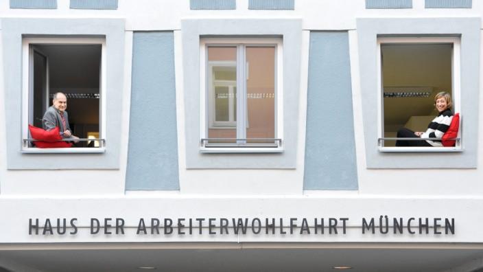 100 Jahre Arbeiterwohlfahrt: Hans Kopp und Julia Sterzer sind die Geschäftsführer der AWO München. Vom geschichtsträchtigen Haus an der Gravelottestraße aus haben sie und ihre Mitarbeiter die sozialen Bedürfnisse der Münchner im Blick.