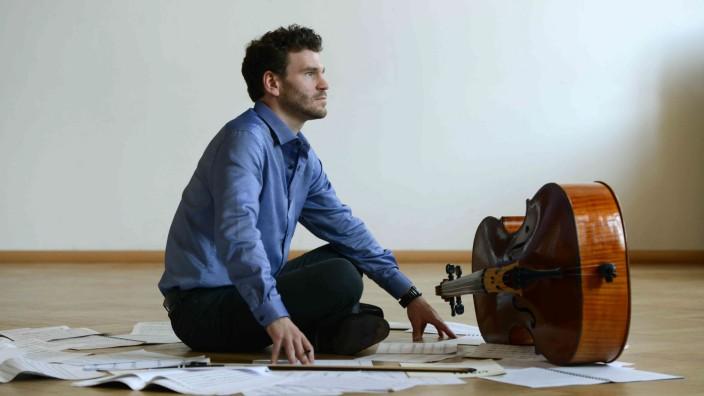 Hans-Henning Ginzel (*1988) ist Komponist und Cellist.