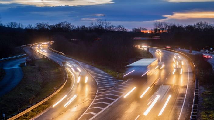 Verkehr auf der B6 und der Autobahn A37