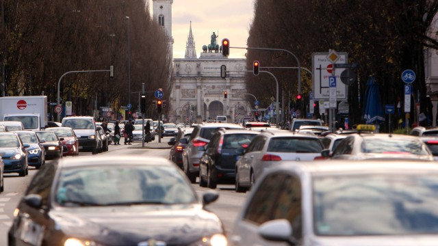 Stau und stockender Verkehr am zweiten Adventssamstag auf der Leopoldstraße vor dem Siegestor in Mün
