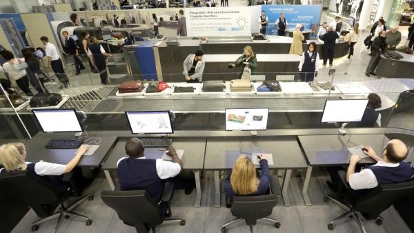 Handgepäck-Kontrolle mit moderner Technik: Förderbänder im Terminal 2 des Münchner Flughafens.