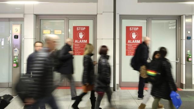 Flugausfälle und Verspätungen: Der Flughafen hat nach den Zwischenfällen reagiert: An den Notausgängen hängen nun größere und mehrsprachige Warnschilder.