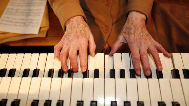 """Wolfratshausen: Zwei Manuale und neun klingende Register stehen Maria Feldigl an der kleinen Orgel in Sankt Michael zur Verfügung. In der katholischen Kirche Sankt Andreas seien es drei Manuale, sagt sie, und 35 Register. Sie hat sich dennoch für die Protestanten entschieden. """"Eine Kirche reicht."""""""