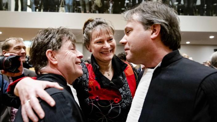 Klimawandel: Aktivisten der Organisation Urgenda, die hinter dem Rechtsstreit stehen, jubeln über das Urteil.