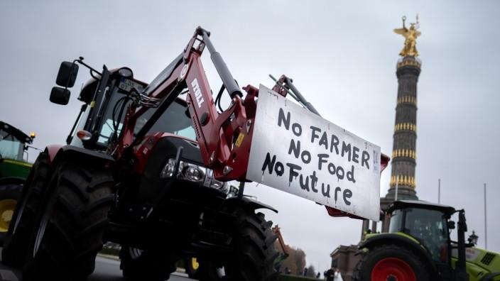 Bauerndemo Land schafft Verbindung Bauern protestieren mit ihren Traktoren mit einer Sternfahrt unter dem Motto Land sch