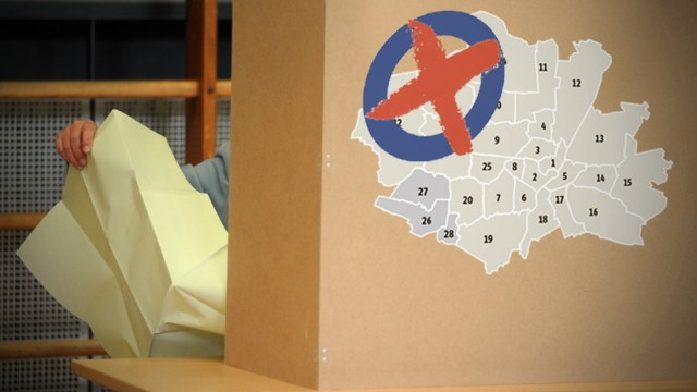 Wahlkabine und Stimmzettel für die Bezirksausschuss-Wahl in München