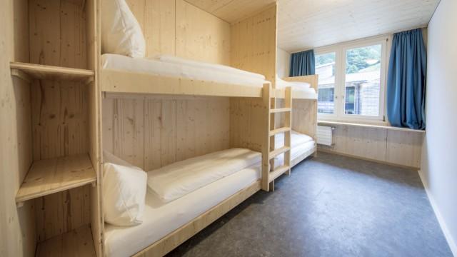 Schweiz: Klare Linien: Für Gäste mit weniger Budget gibt es auch Mehrbettzimmer mit Etagen-Bad.