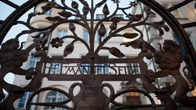 Der Name Emanuel von Seidl an seinem ehemaligen Wohnhaus am Bavariaring 10 am Eingangstor zum Grundstück