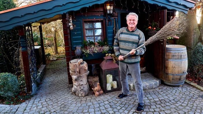 Sepp Maier vor seinem Brennholzschuppen in Hohenlinden