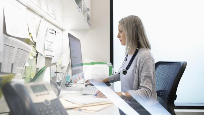 Medizin: Diagnose am Bildschirm: Was in anderen Ländern schon üblich ist, setzt sich in Deutschland nur zögerlich durch. Datensicherheit ist ein Problem.