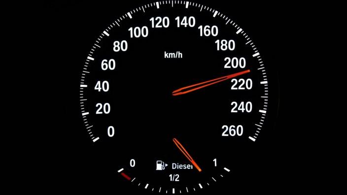Tachometer mit Kraftstoffanzeige für Diesel, Geschwindigkeit 210 km/h, Symbolbild Gefahr durch überhöhte Geschwindigkei