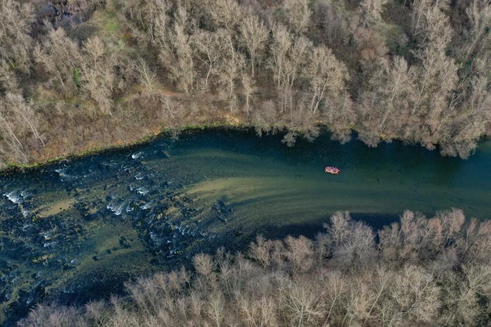 Kaltes, klares Wasser: Ausflügler bei einer Schlauchbootfahrt auf dem griechischen Fluss Nestos nahe der Stadt Drama.