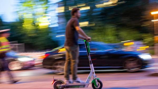 Polizei macht zum ersten mal Alkoholkontrollen bei E Roller E Scooter Fahrern am Siegestor in Münche