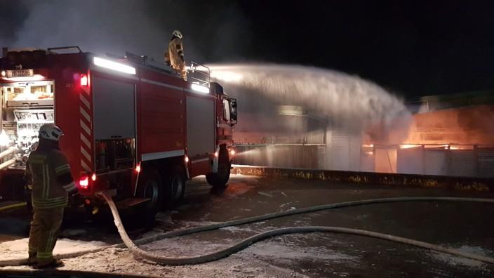 Mit Löschzügen aus der ganzen Umgebung war die Feuerwehr in Garching-Hochbrück bis in die Morgenstunden im Einsatz.