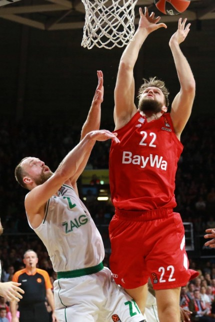 Danilo Barthel (mit Ball) (FC Bayern) gegen Milaknis (Zalgiris Kaunas) / Basketball / Euroleague / FC Bayern Basketball