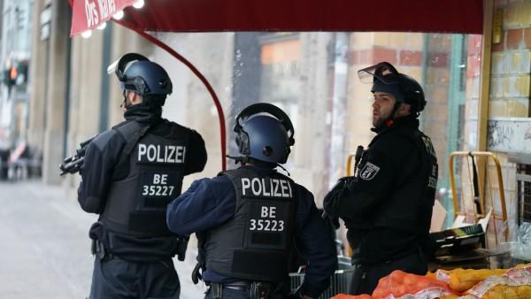 Polizei sperrt Checkpoint Charlie ab