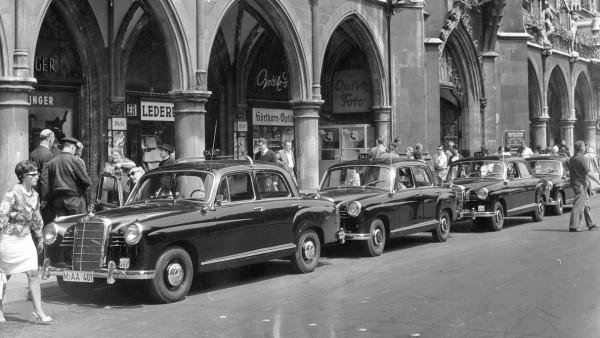 Taxis auf dem Münchner Marienplatz, 1961