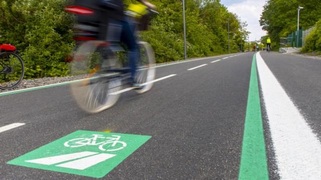 Einen Radschnellweg für München fordert der ADFC. In Mühlheim an der Ruhr existiert der mit einem eigenen Logo gekennzeichnete Weg bereits.