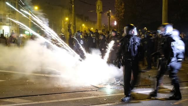 Silvesterkrawalle: Straßenkampf in Leipzig: Bei Zusammenstößen von Polizei und Demonstranten aus der autonomen Szene in der Silvesternacht wurde ein Beamter schwer verletzt.
