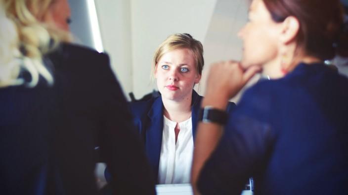 Frau bei Bewerbungsgespräch