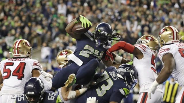 Marshawn Lynch in der NFL: Marshawn Lynch (Mitte) in Action gegen die San Francisco 49ers.