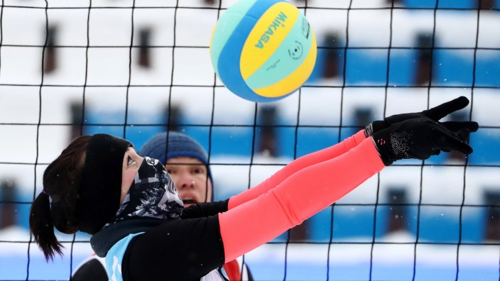 Sport Bilder des Tages MOSCOW RUSSIA DECEMBER 21 2018 A Russian athlete in a group stage match; Snowvolleyball, Snow-Volleyball