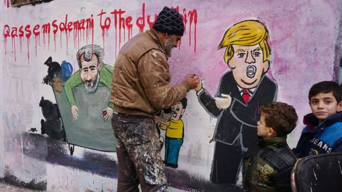 US-Luftangriff im Irak: Aktivisten in der syrischen Provinz Idlib malen, umringt von Kindern, ein Wandbild, das sich auf den US-Luftangriff auf den Irak am 3. Januar bezieht.