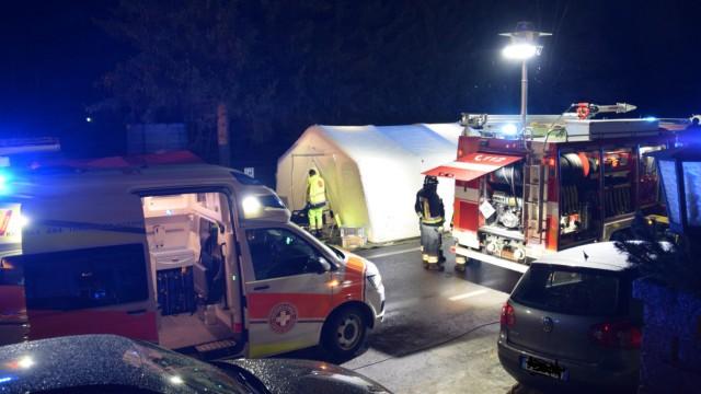Auto fährt in Südtirol in Reisegruppe - Sechs Tote