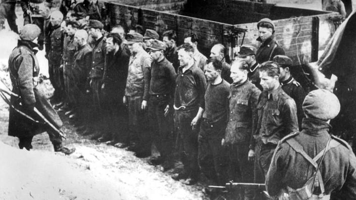 Gefangene SS-Wachmannschaft im KZ Bergen-Belsen, 1945