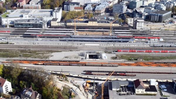 Eine Ansicht des Augsburger Hauptbahnhofs aus der Vogelperspektive.