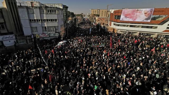 Truppenverlegung: Tausende Menschen geben am Dienstag dem getöteten iranischen General Qassim Soleimani in dessen Heimatstadt Kerman das letzte Geleit.