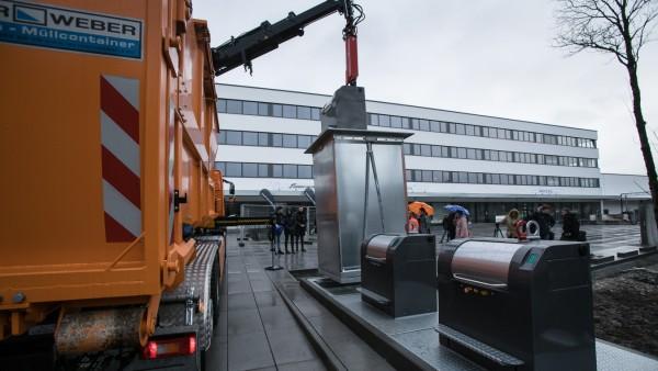 Unterflurcontainer  für Restmüll, Bioabfälle und Papier wird vorgestellt und fürs Foto geleert. Martin-Kollar-Straße 4