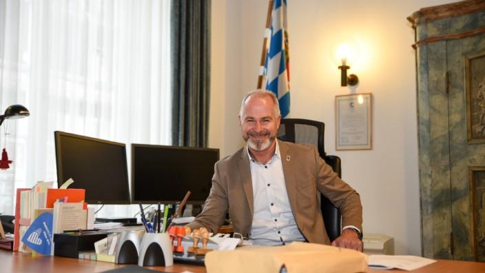 Bürgermeister Klaus Heilinglechner im Amtszimmer des Wolfratshauser Rathauses