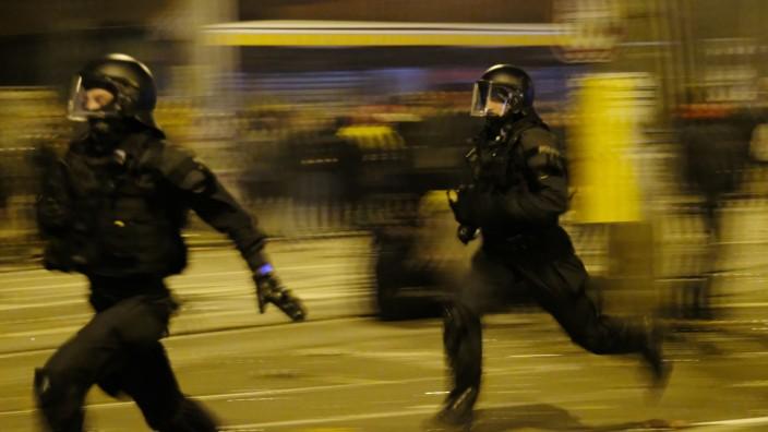 Leipzig: Polizisten in der Silvesternacht 2020 im Stadtteil Connewitz