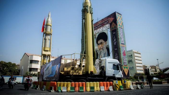 Iran: Bildnis von Ali Khamenei mit Raketen in Teheran