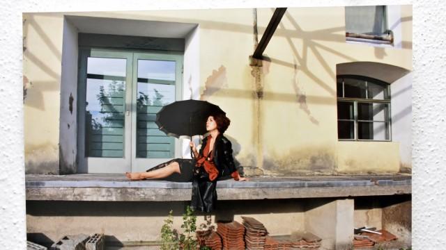 Fürstenfeldbruck: Sara Krippgans und Valerie Theis (im Bild) haben sich abwechselnd vor Gebäuden auf dem Aumühlengelände fotografiert.