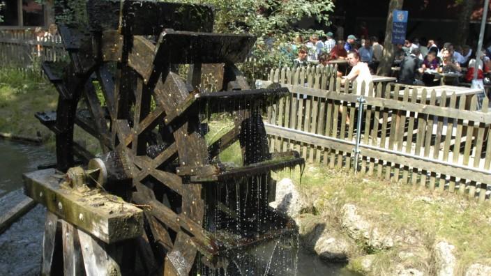 Garching: Die Mühle, die dem Garchinger Mühlenpark ihren Namen gab, wurde 1975 abgerissen. Das Wasserrad im Mühlbach ist kein Relikt der Mühle, es wurde erst nachträglich zur Erinnerung an sie aufgestellt.