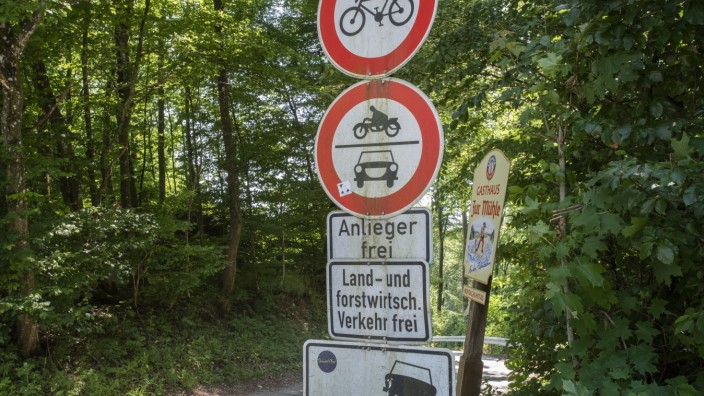 Straßlach, Straße zum Gasthaus Zur Mühle bereitet den Radfahrern und Autos Ärger, Foto: Angelika Bardehle