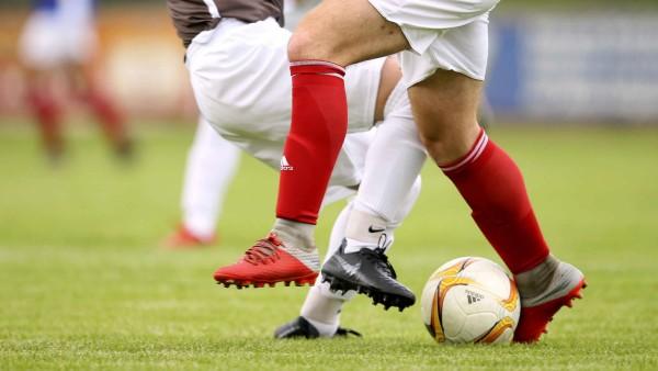 Symbolfoto Zweikampf SVHR Fussball Turnier Hass Hatje Cup 2019 bei der SVHR in Halstenbek am; Gewalt im Fußball Zweikampf Symbolbild