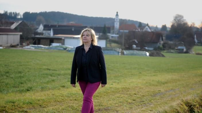 Kommunalpolitik: Silvia Kugelmann, 53, gehört einer unabhängigen Wählergruppe an, sie ist seit 24 Jahren im Gemeinderat von Kutzenhausen. Nach zwölf Jahren als Bürgermeisterin will sie, wie früher, im Bereich von Kunst und Kultur arbeiten.