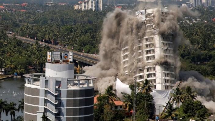 Explosion Abriss Sprengung Hochhaus in Indien