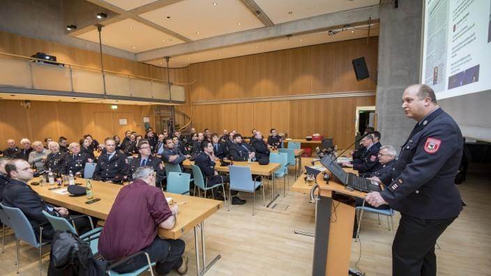 Starnberg: Markus Grasl, 1. Kommandant der Freiwilligen Feuerwehr Starnberg, fordert auf der Mitgliederversammlung drei Hauptamtliche zur Unterstützung.