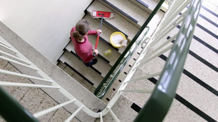 Putzfrau reinigt ein Treppenhaus iblbca01486827