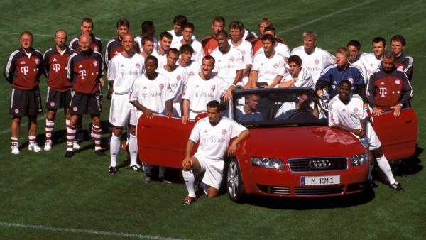 Sponsorentermin FC Bayern München Spieler Trainer und Betreuer mit einem Wagen von Werbepartner A