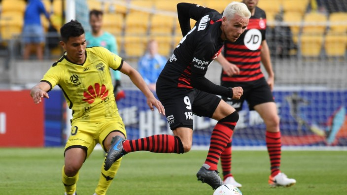 ALEAGUE PHOENIX WANDERERS, Nicolai Muller of the Western City Wanderers FC (right) plays in front of Ulises Davila of th; Fußball - Australien - Nicolai Müller