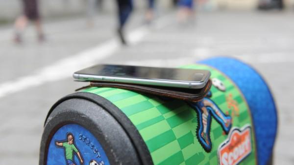 Schultasche mit Handy, 2017