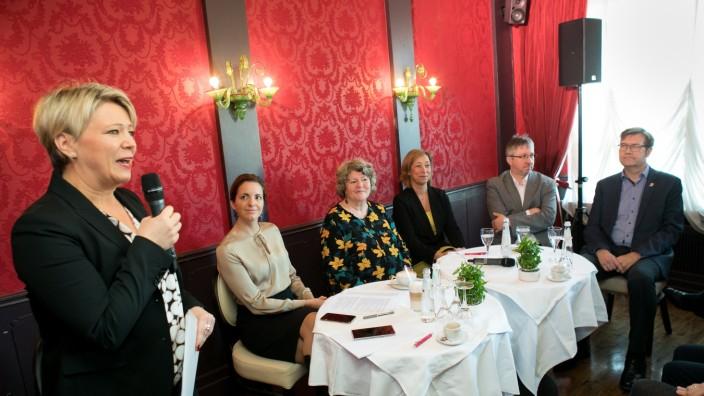 """Fachgespräch ARGE: Wohnen âÄ"""" zwischen Straße und Luxus im Café Glockenspiel"""
